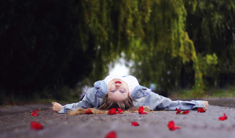 девушка, обстановка, лепестками, лежит, разных, раскинув, красными, que,