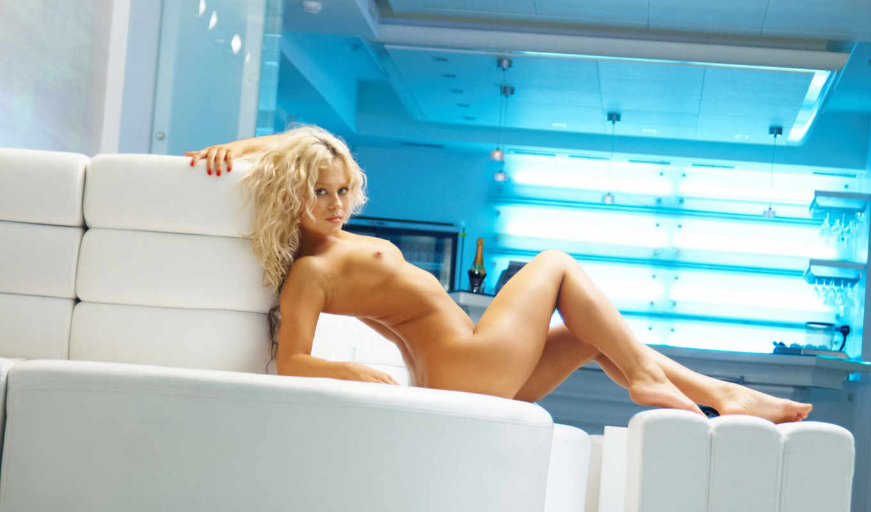 , диван, голая, блондинка, грудь, титьки, красавицы, девушка