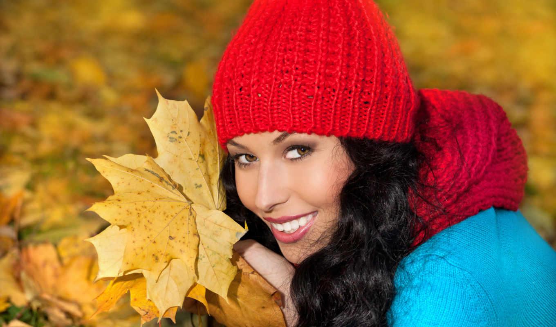 улыбка, девушка, листья, желтый, осень, шарф, коса, шапка