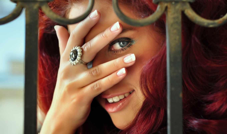 ринг, мизинце, смотреть, девушка, кольца, улыбка, свет, рыжая, играет,