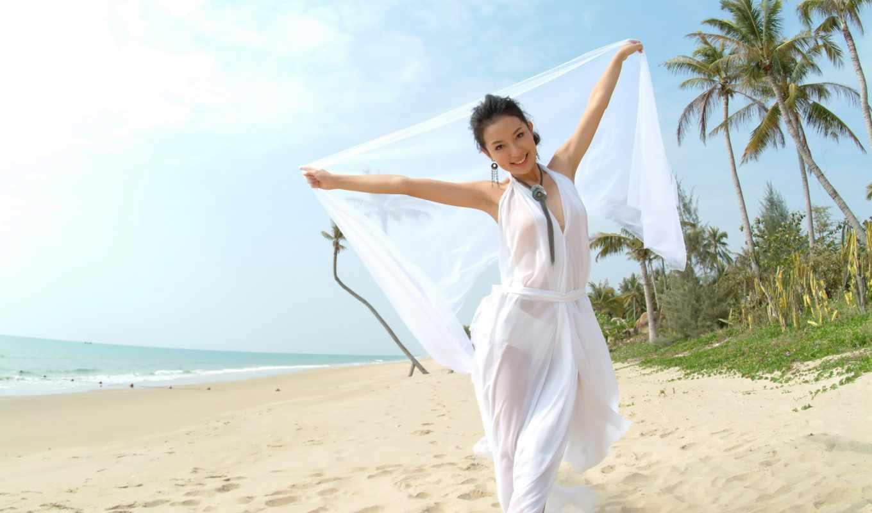 devushka, счастливая, идёт, берегу, моря,