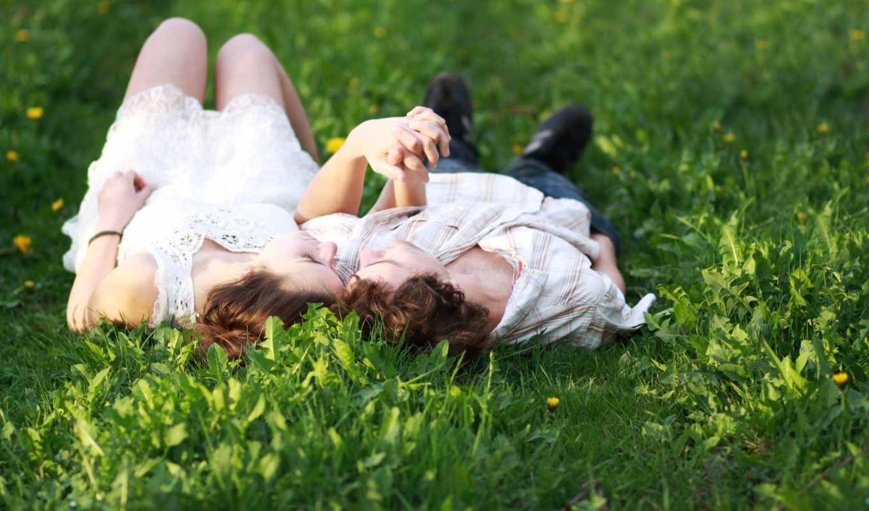 он и она, трава, руки, накрест