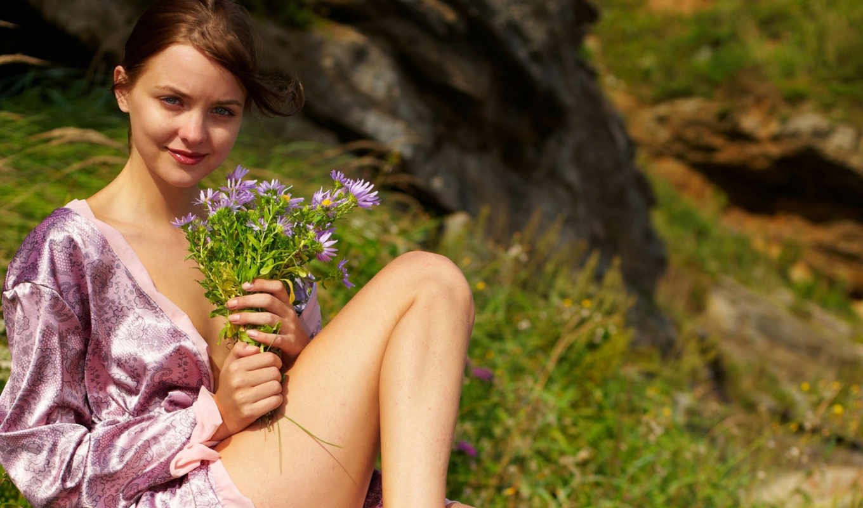 девушка, браун, emily, взгляд, улыбка, сероглазая, ветер, букет, цветы,