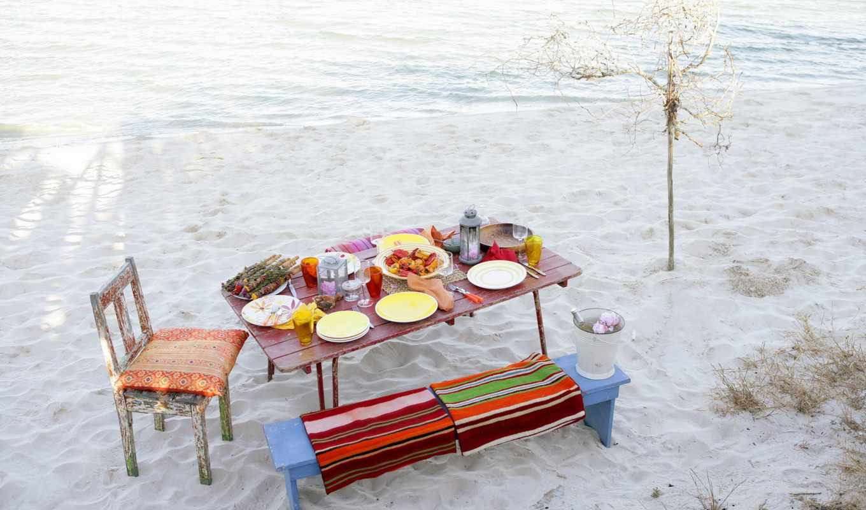 море, пляж, пикник, лавка, стол, стул, еда, тарелки, бокалы, дерево, полотенца, фонарь