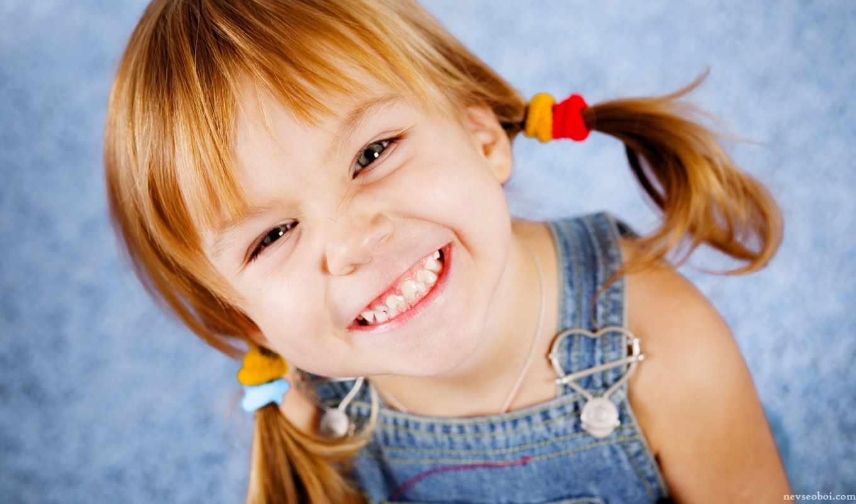 девочка, улыбка, хвостики, джинсы, резинки, сердце