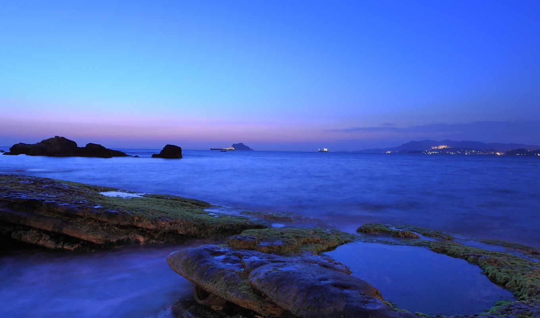 облака, вечер, синева, сиреневый, берег, небо, сумерки, побережье, камни, вдали, город, мох, море, огни,