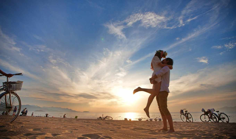 он и она, пляж, море, велосипед, закат, облака