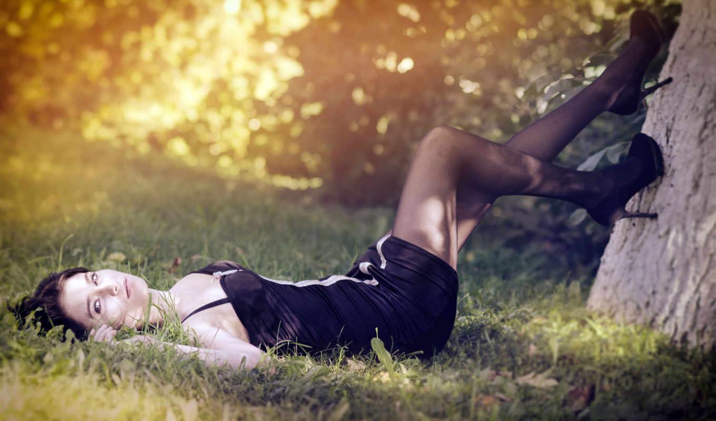 лес, трава, брюнетка, природа, зелёная, туфли, высокий каблук, платье, чёрное, чулки, фокус