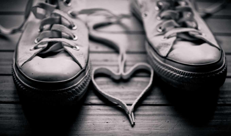любовь, сердце, шнурки, кеды, черно-белый, древесина