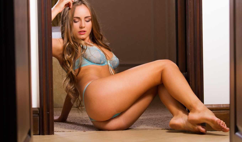 девушка,белье,голубое белье,голая,девушка сидит,