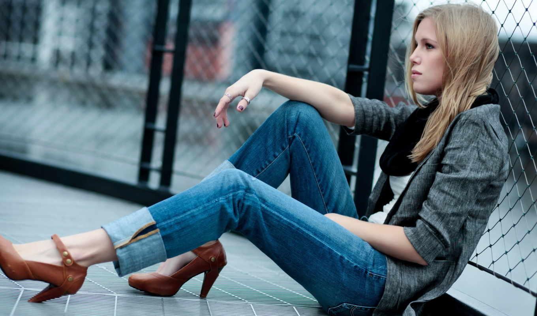 девушка, сидит, джинсы, блондинка, туфли, сетка, то, она,