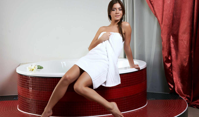 Девушка в ванне с полотенцем фото