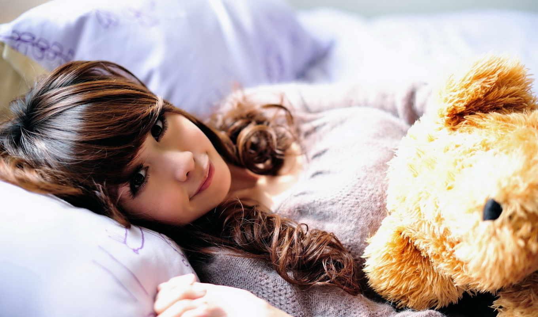 постель, девушка, игрушка, подушки, азиатка, медведь, улыбка, солнечные, лучи, картинку,
