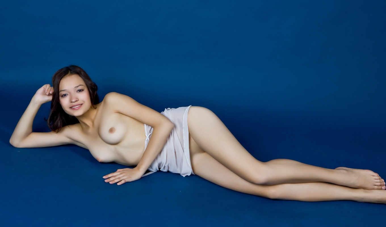 девушка,голая,грудь,брюнетка,белье,ножки,