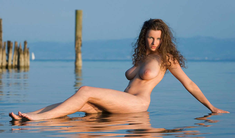 грудь,девушка,шатенка,большая грудь,шикарная грудь,ножки,голая на море,поза,