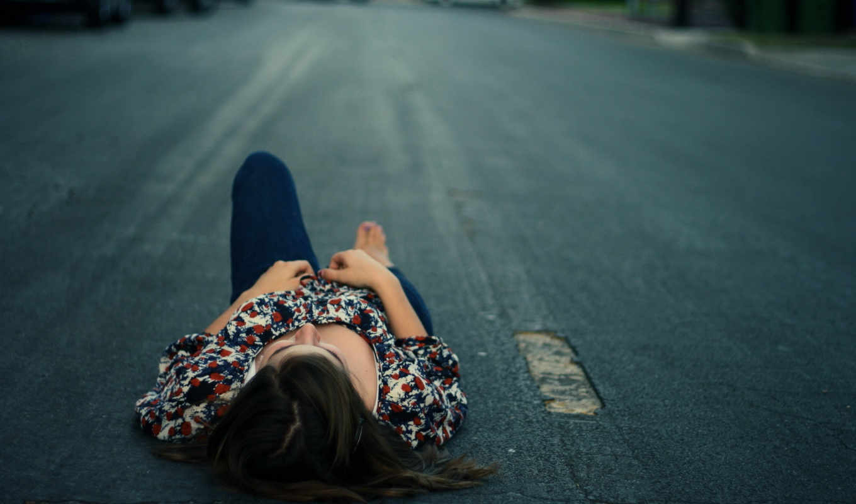 лежит, девушка, дороге, анна, каренина, асфальт,