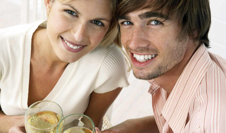 он и она, шампанское, улыбка, небритость