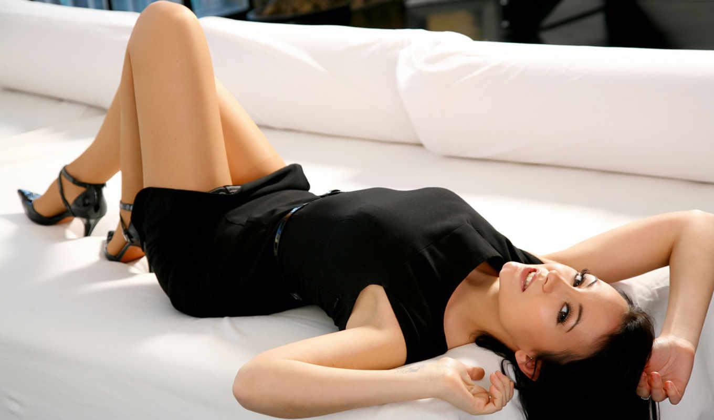 табличка, брюнетка, devushka, диван, vzglyad, белый, губки, красивая, лицо, glaza, тело,