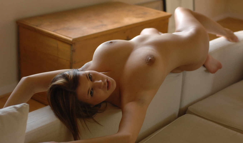 голая, девушка, спинке, дивана, девушек, голых, девушки, большой, грудью, лежит, красавица,