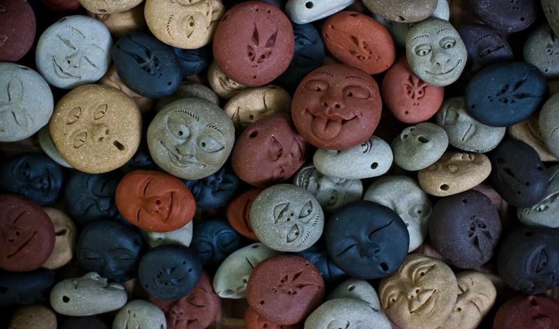 синий, коричневый, фигурки, лица, камни, серый, рожицы,