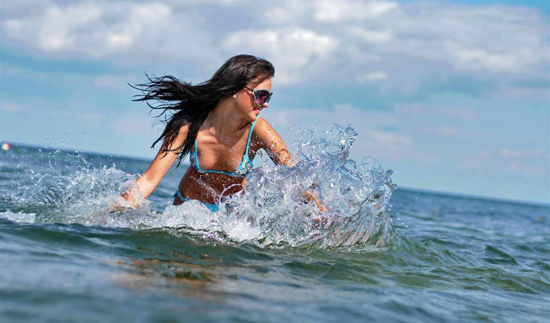 купальник, море, брюнетка, очки, капли, улыбка, брызги,