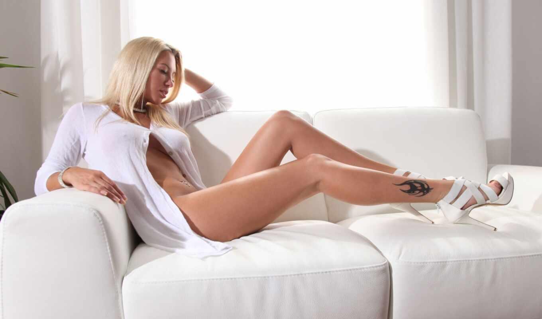 leech, janine, blonde, красотка, татуировка, sexy, лежит на диване,