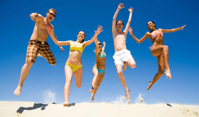 радость, бег, прыжок, девушки, юноши, лето, счастье, смех, песок, пляж