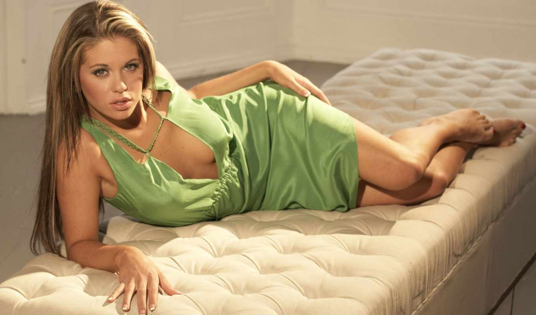 без, платье, devushki, лежит, лифчика, belluci, девушка, моника, диване, зеленом,