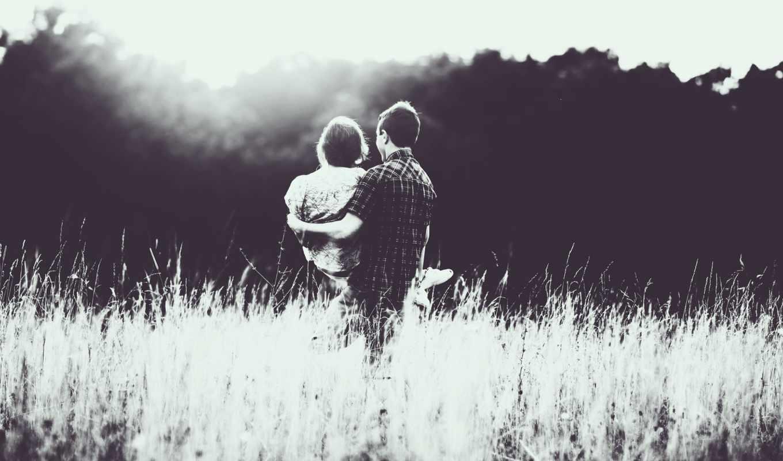он и она, на руках, черно-белый, поле, засветило