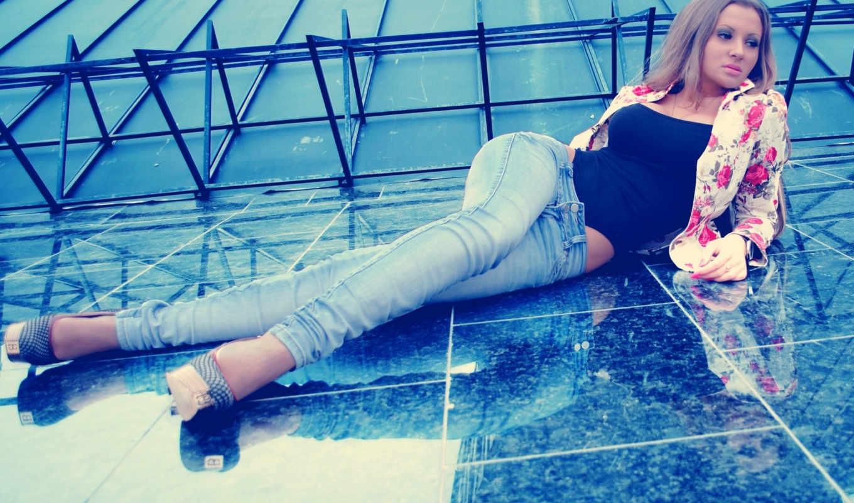 девушка, girls, лежит, туфлях, джинсах, каблуке, цветы,