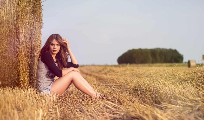 девушка, задумчивость, поле, солома, лес, джинсы, майка, лес