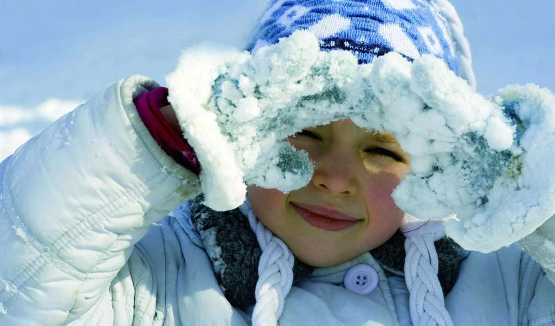 девочка, улыбка, зима, снег, варежки, шапка с косичками, пуговица