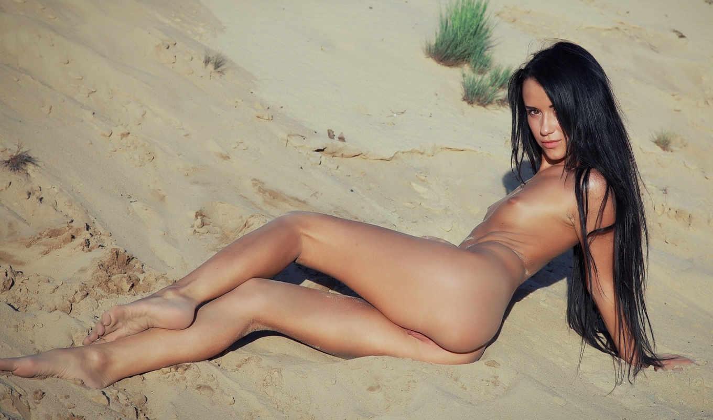 ,маленькая грудь,брюнетка,попка,ножки, девушка лежит,