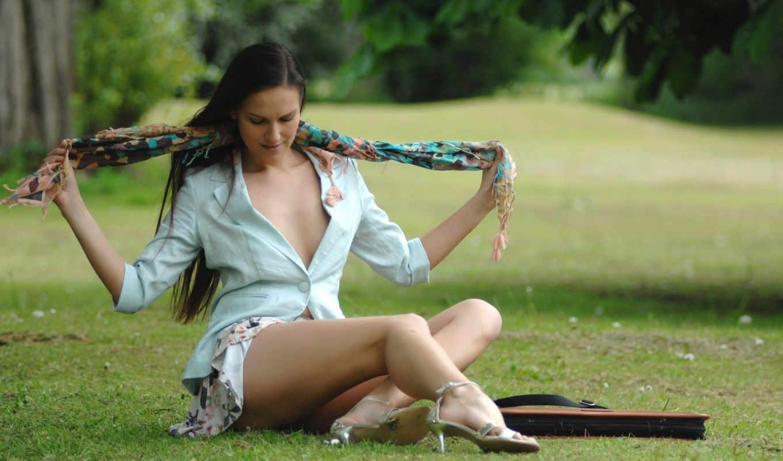 девушка, сидит, траве, шарф, развязывает,