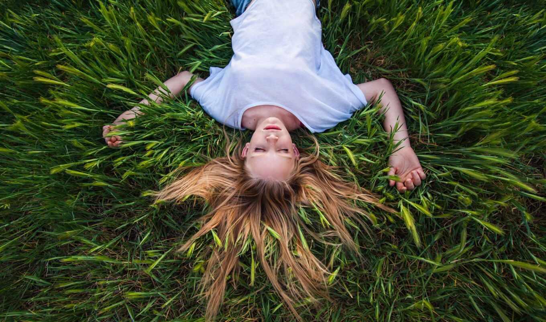 devushka, трава, zelena, вид, сверху, лежат, brett, razreshenie, fon, календар, vzglyad