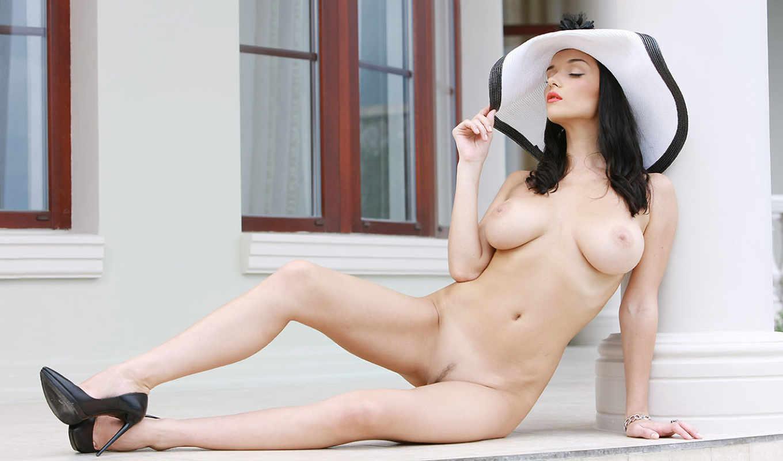 morena, peituda, голая, эротика, шпильки, шляпа, сидит