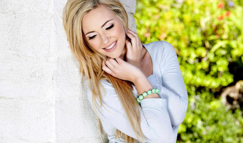 blonde, девушка, блондинки, счастливая, улыбка, блондинок, devushki, улыбающаяся, прислонилась, стене, белой,