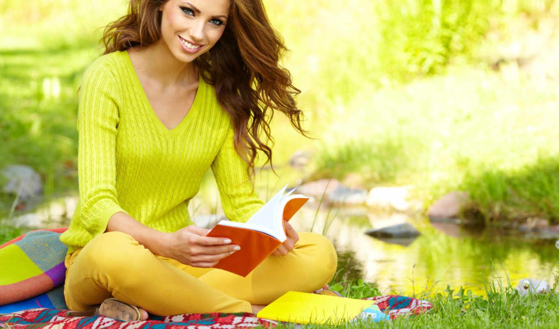 девушка, улыбка, шатенка, книга, сидит,