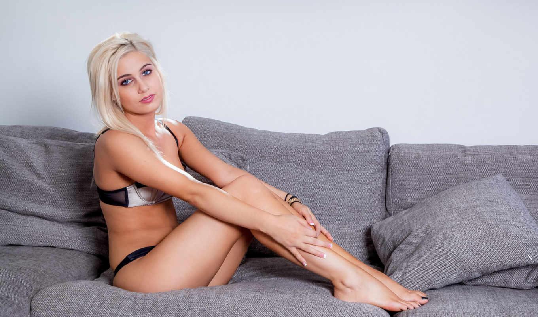 николь, shelby, девушка, блондинка,диван,подушки