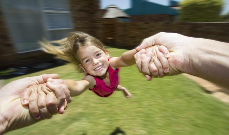 девочка, карусель, радость, руки, двор, дом, стена, кирпич, лужайка