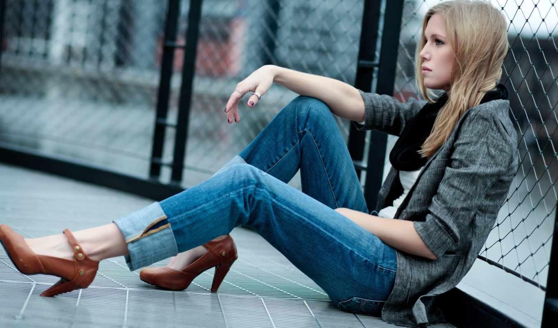 девушка, сидит, джинсы, blonde, облокотившись, туфли, спинои, сетка, асфальте,