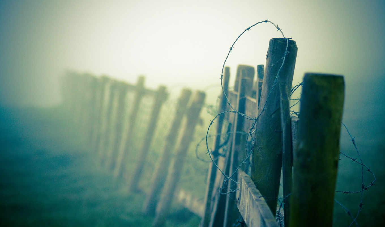 Колючая проволка на заборе  № 1701838 бесплатно