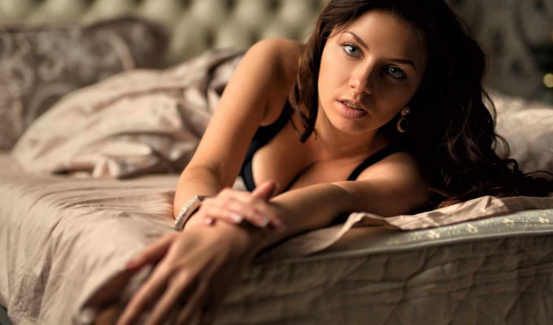 ,девушка на кровати, взгляд, шатенка,