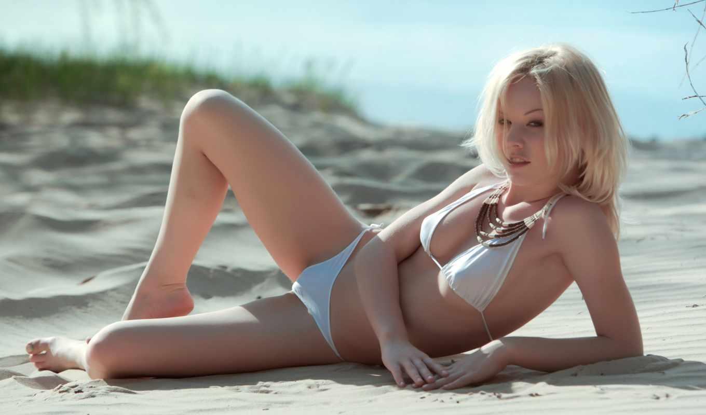 blondinka, купальник, бусы,