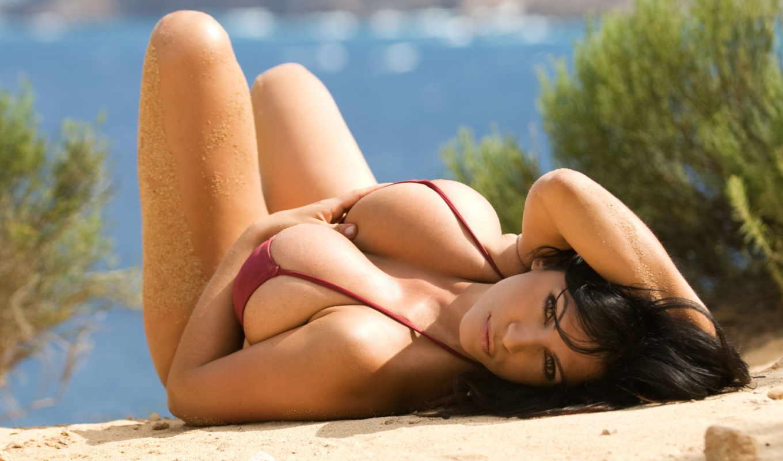 Брюнетка поражает нудистский пляж красотой своего тела  76473