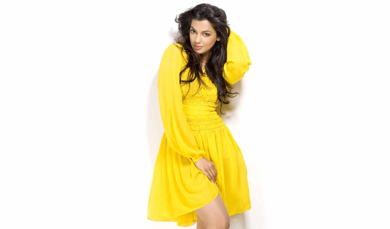 Брюнетка в желтом платье скачать