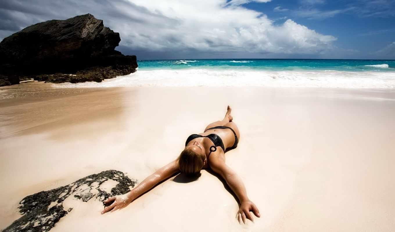 girl, небо, купальник, пляж, песок, море, лежит, океан, bikini, облака, hot, foto,