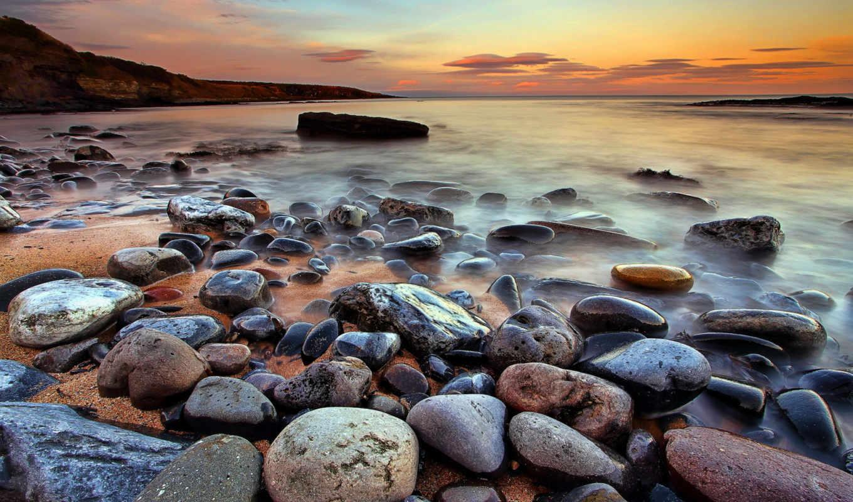 берег моря с камнями фото