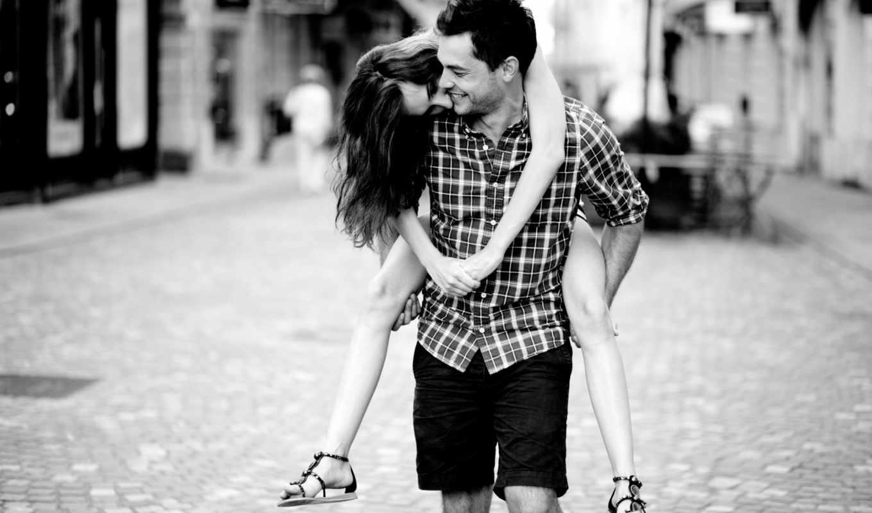 он и она, черно-белый, на руках, улыбка, фокус