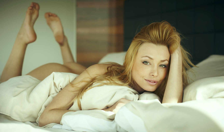 взгляд, блондинка, кровать, девушка,